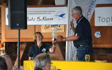 Bernd Heine übergibt den HLB Pokal an die Wettbewerbsleiterin Gisela Weinrich